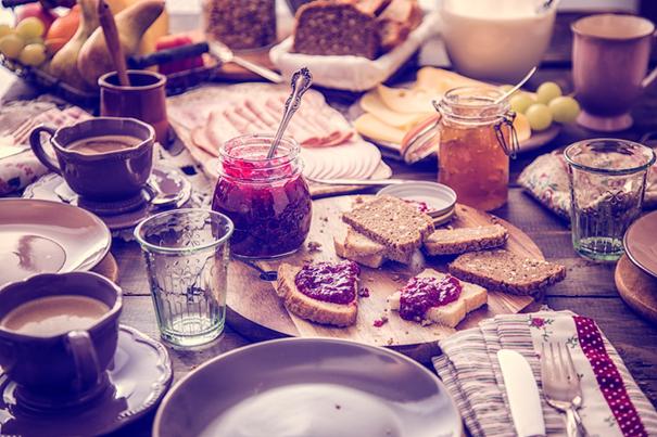 ontbijt met traditioneel speltbrood